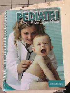 現地の医学生が使っていた小児科の臨床のテキスト。この病院のプロトコールに合わせて医学生がバイトで作成しているそうです
