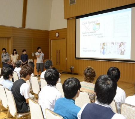 英語でプレゼンテーションする学生ら