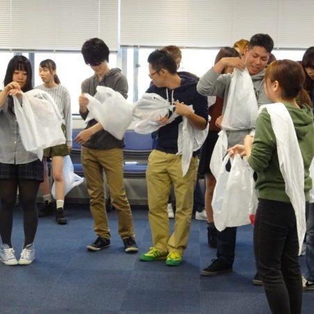 レジ袋を使用した応急処置に取り組む受講者