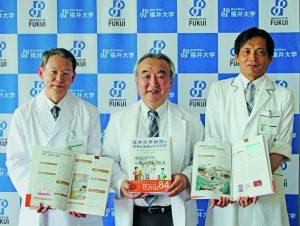 記者発表をする腰地病院長ら(中央)