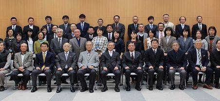 須藤顧問と池之上会長を囲む参加者