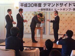 ヒートポンプ・蓄熱センター 小宮山宏理事長より表彰を受ける福田施設企画課長