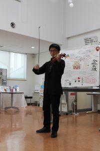 ヴァイオリンを演奏する近藤さん