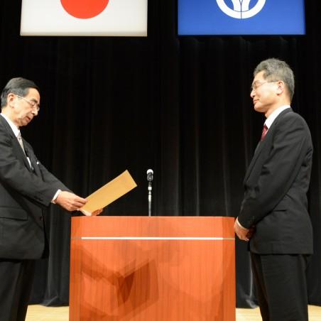 西川知事から表彰状を受ける葛原教授