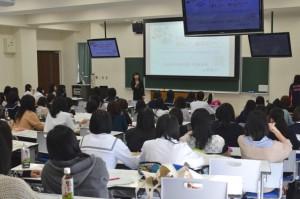 看護学科母子看護学・助産学領域の上澤悦子教授の講義