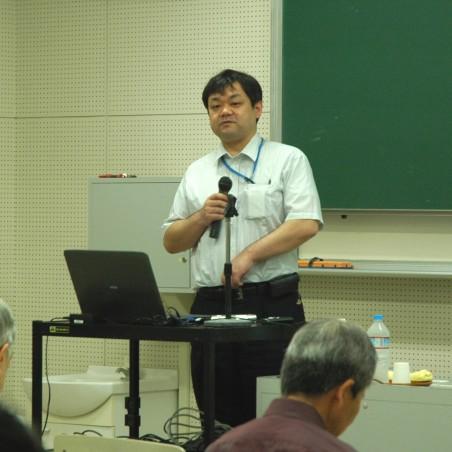 講演する安田仲宏教授