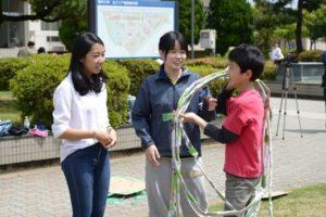 NIEの学生は、教育学部の実践授業プログラム「探求ネットワーク」の2018開講式(5/12)にも参加し、学生や子どもたちと交流しました(写真左)