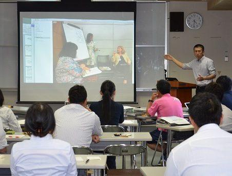 国際会議で発表する様子を紹介する木下教諭