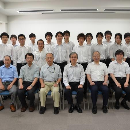 工学研究科長と担当教員および修了生による集合写真