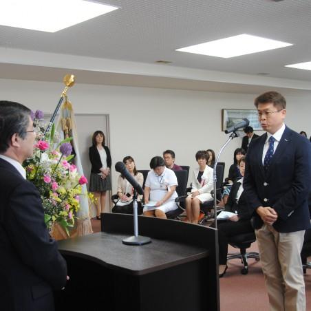 看護キャリアアップ部門長を前に宣誓を行う研修生代表の関口浩至さん