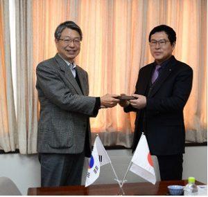 釜慶大学校の宗国際交流部長と寺岡国際担当副学長