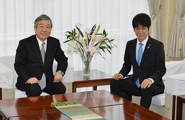 眞弓光文学長(左)と義家弘介文部科学副大臣(右)