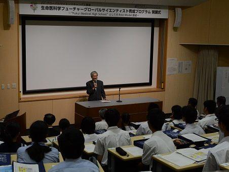 開講式で挨拶する上田校長