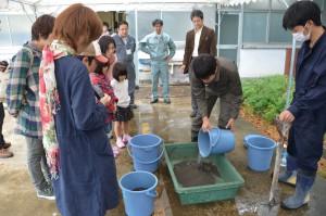 コンクリートの作り方を実演する本学学生