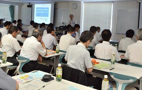 中田副学長が大学概要を説明する