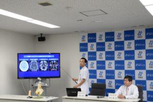 研究成果を説明する有島  英孝講師(左)と菊田 健一郎教授