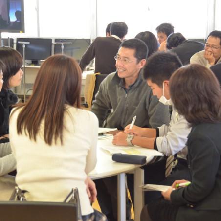 学生とともに授業などについて振り返る参加者