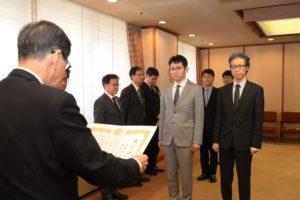 西川知事から表彰を受ける法木准教授(左)、石田院長
