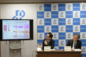 研究成果を説明する森助教(左)と菅井教授
