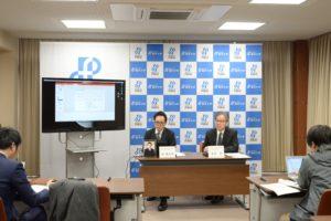 研究成果を記者に説明する森助教(左)と菅井教授