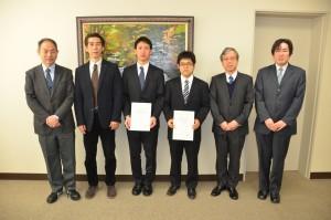 小野田工学研究科長(右)と修了者、関係教員の記念撮影