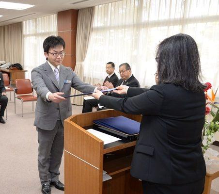 認定証を受け取る長谷川教諭(上級CST)