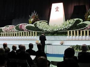 御遺骨返還式で追悼の言葉を述べる山口医学部長