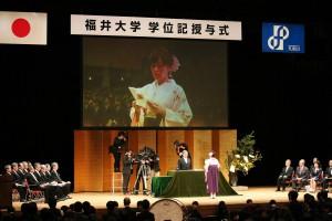 学生を代表して謝辞を述べる藤田彩子さん