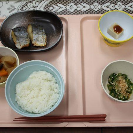 一般食に添えられた「ごまどうふ」(右上)
