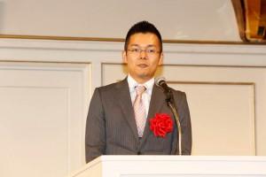受賞スピーチをする井階講師