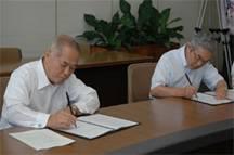 協定書に署名する児嶋学長と祖田福井県立大学長