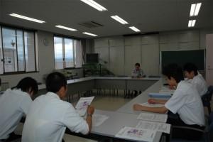 遠赤外領域開発研究センターの説明を受ける生徒