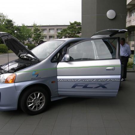 アカデミーホール前に展示された燃料電池自動車