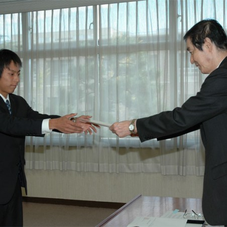 福田学長から内定通知書を受ける採用内定者