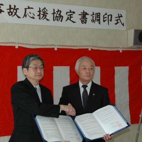 調印後握手を交わす松本永平寺町長と上田病院長