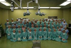 手術室で参加者全員の記念撮影