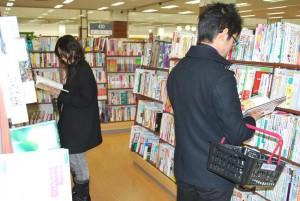 熱心に本を選ぶ学生