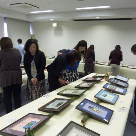 展示作品を眺める来場者たち