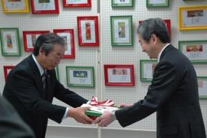 贈呈式(左:坂本坂井市長、右:上田医学部長)