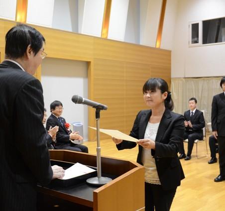 福田優学長から修了認定証を受け取る受講生
