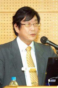 新型コロナウイルス感染対策について講演する同感染制御部の岩﨑博道教授