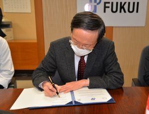 署名する内木医学部長