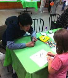 学内の美術館で開かれる子ども向けのイベントで折り紙を教えました。