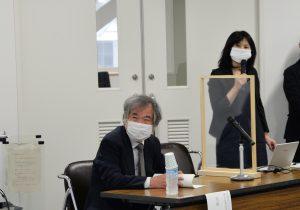 室崎教授(左)と挨拶する酒井教授(写真右)