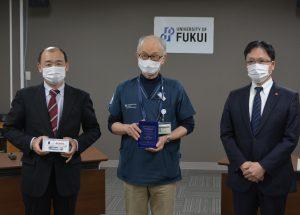 受賞した木村准教授(写真中央)