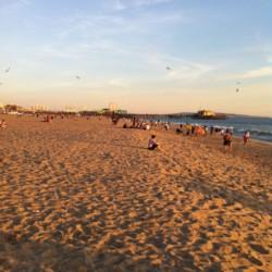 ずっと続くビーチで黄昏れる